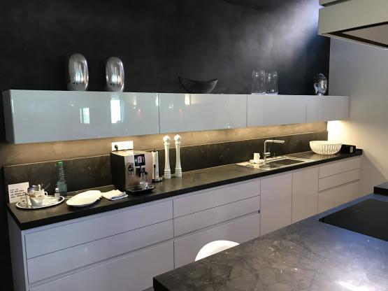 Design Küche mit Granit in Hochglanz weiß mit Miel...
