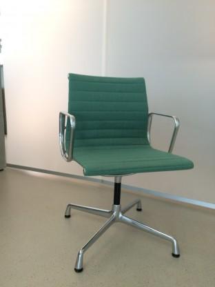 Vitra Aluminium Chair EA104