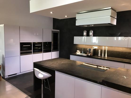 Design Küche mit Granit in Hochglanz weiß mit Miele E-Geräten usw. von 2017  | Designermöbel Würzburg
