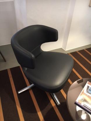Kleiner, kompakter, drehbarer Sessel in Leder