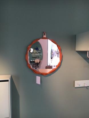 Runder Wandspiegel mit Lederbandeinfassung
