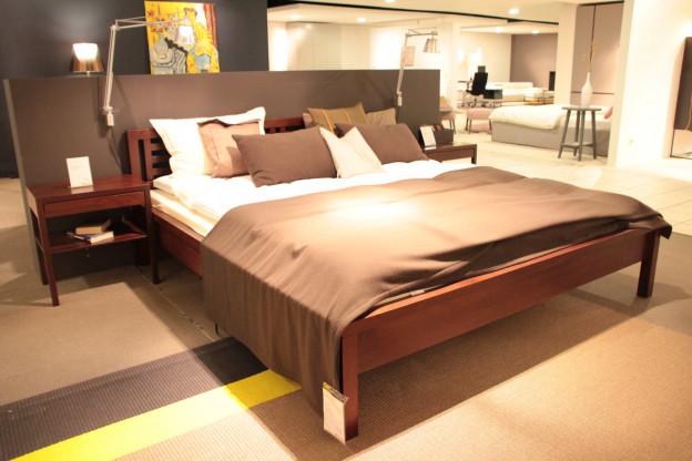 Traumwerk Bett mit Nachttischchen Deep balance