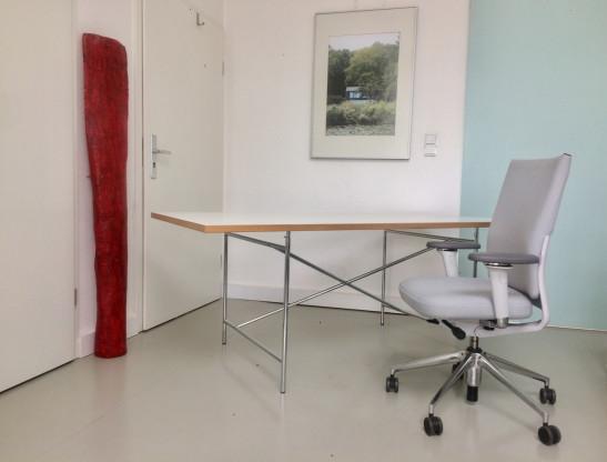 Büro-Drehstuhl mit Armlehnen