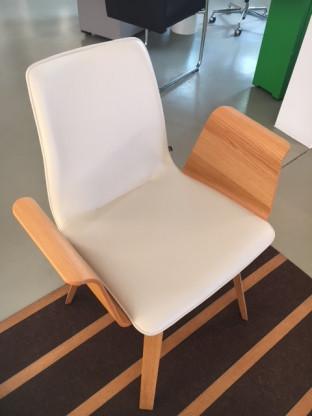Stuhl mit Armlehnen und Vierfuß - Untergestell