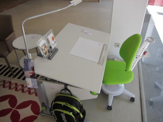 Schreibtisch Winner classic, weiß mit Stuhl und Leuchte von Moll