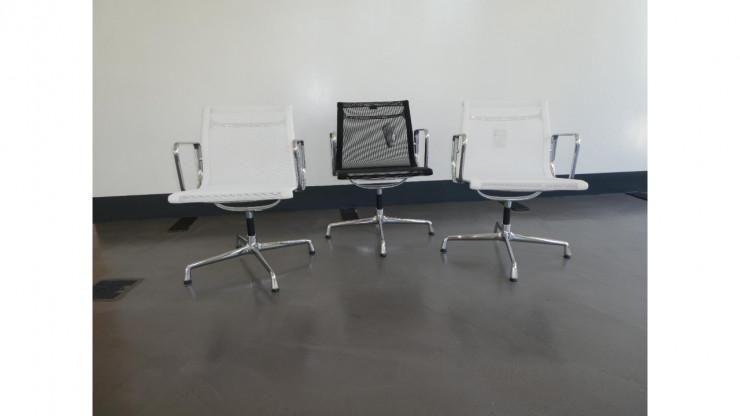 Hersteller: Vitra; Stuhl: Aluminium Chair EA 108 mir Armlehnen; Farbe: schwarz und weiß