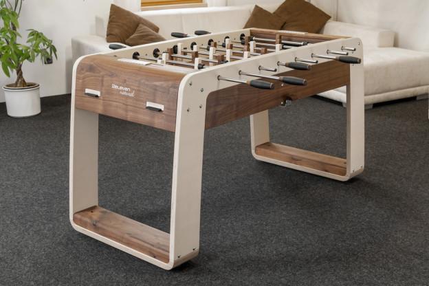2eleven natural - Tischfußball deluxe, Designkicker, Nußbaum, Leder, Aluminium massiv