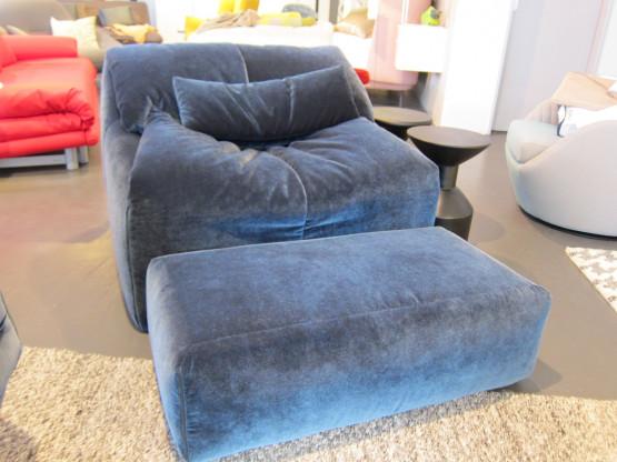 Sessel Plumy mit Hocker Stoff dunkelblau von ligne roset