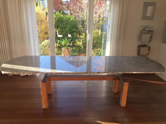 Steintisch mit ausziehbaren Erweiterungen