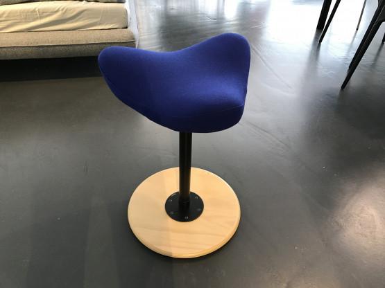 Move Stehhilfe medium von Varier, Teller Buche, Stoff blau